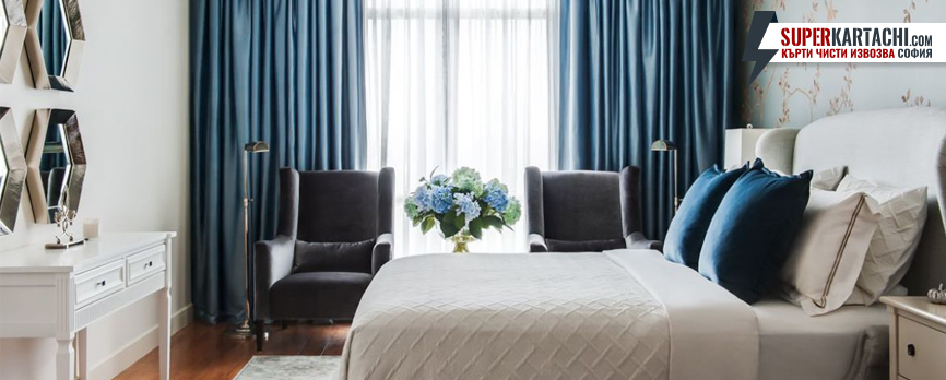 спалня със завеси